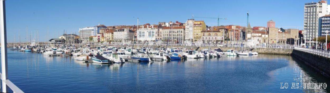 Estupenda estampa del puerto deportivo de Gijón.