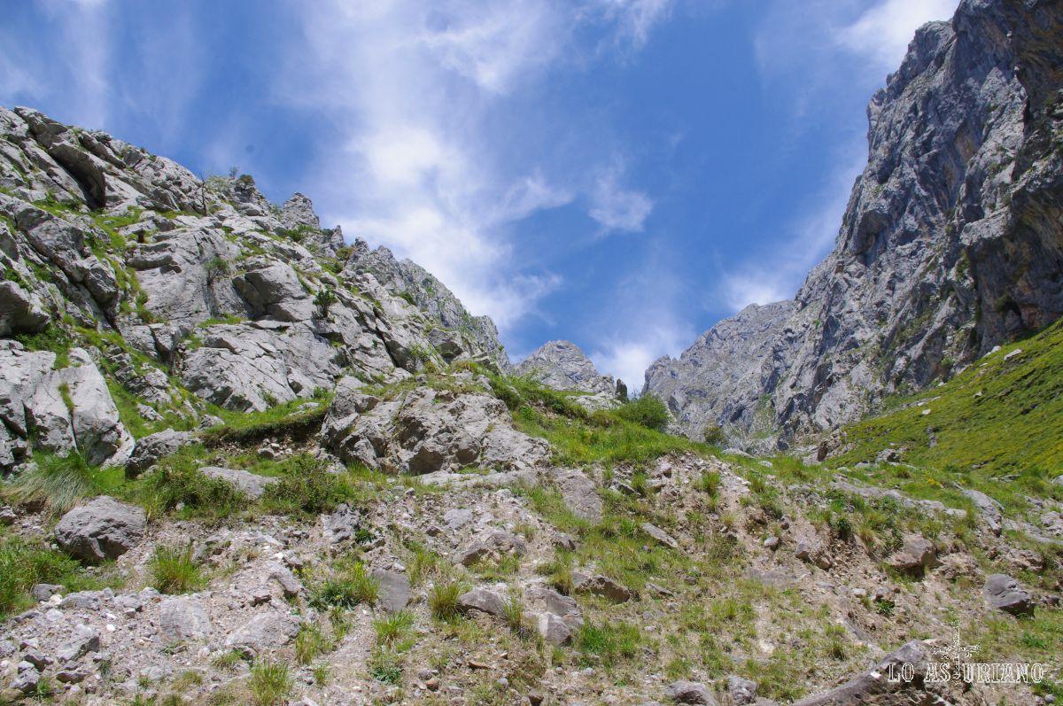 Desde estas cumbres baja la canal de Saigu.