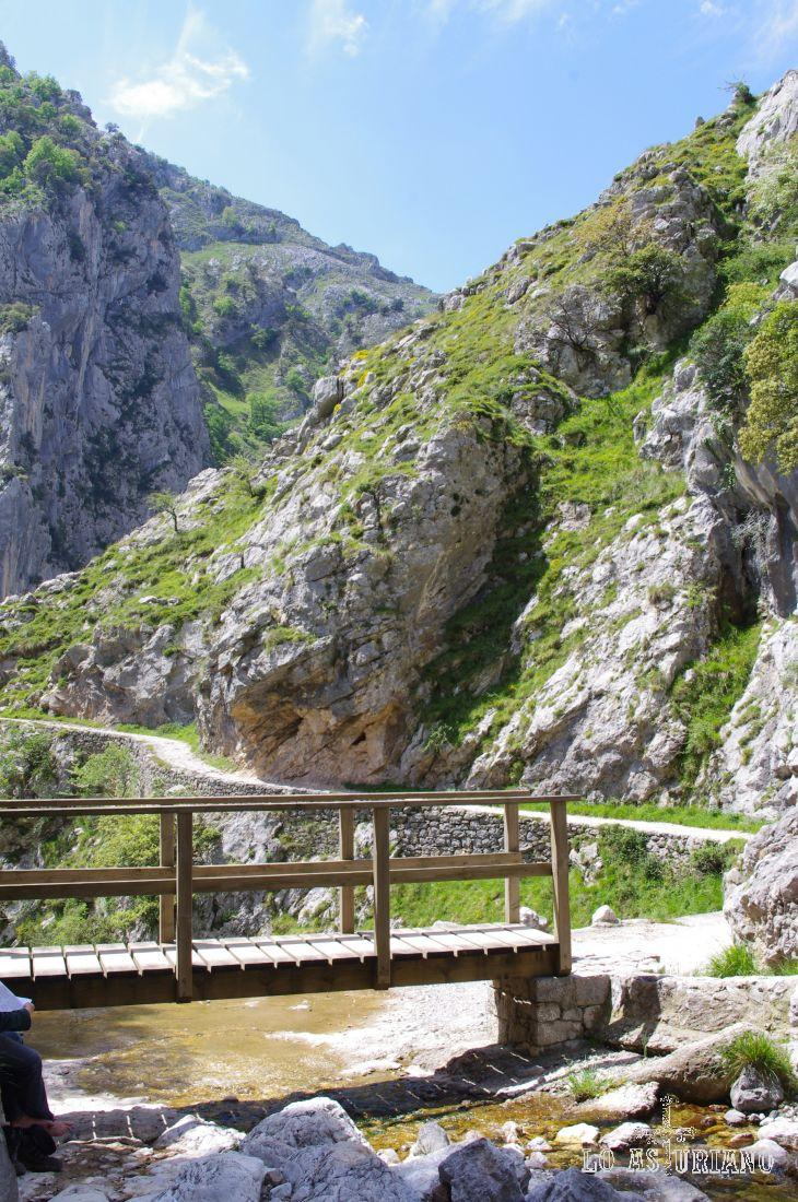 El puente sobre el canal de Saigu es un lugar genial para descansar un poco.