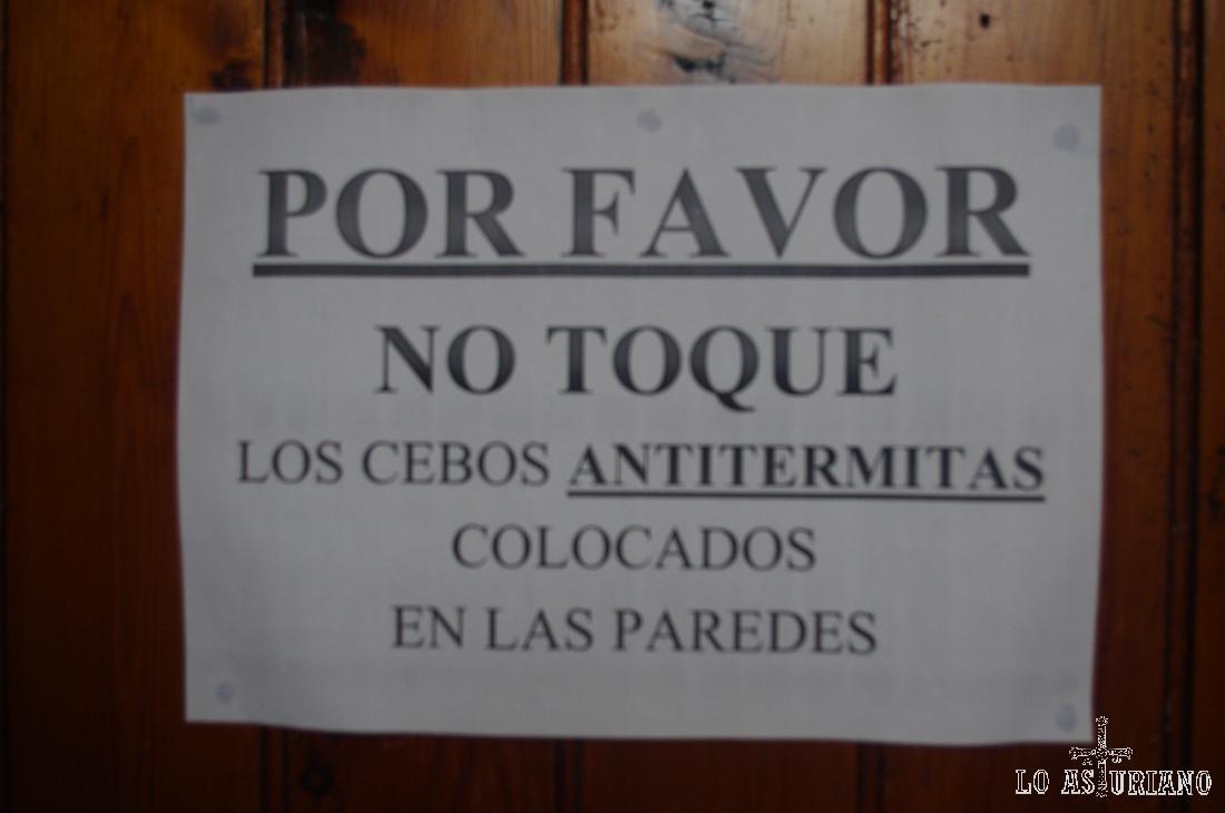 En la puerta de la iglesia de San Esteban de Tapia: termitas!