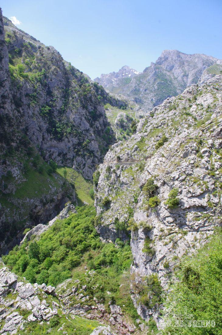Jaltayu y Cabeza Llambria al fondo.