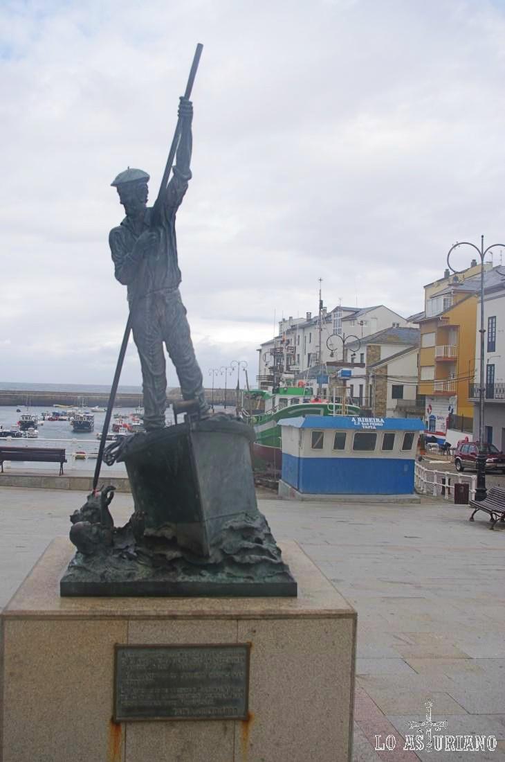 Monumento al marinero en la Plaza del Mar, en Tapia de Casariego.