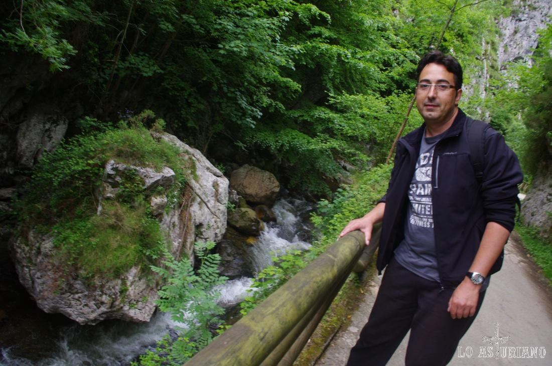 Al principio, durante alrededor de 3.5 km, recorremos la ruta del Alba, y estamos acompañados en todo momento por el sonoro y bello río Alba.