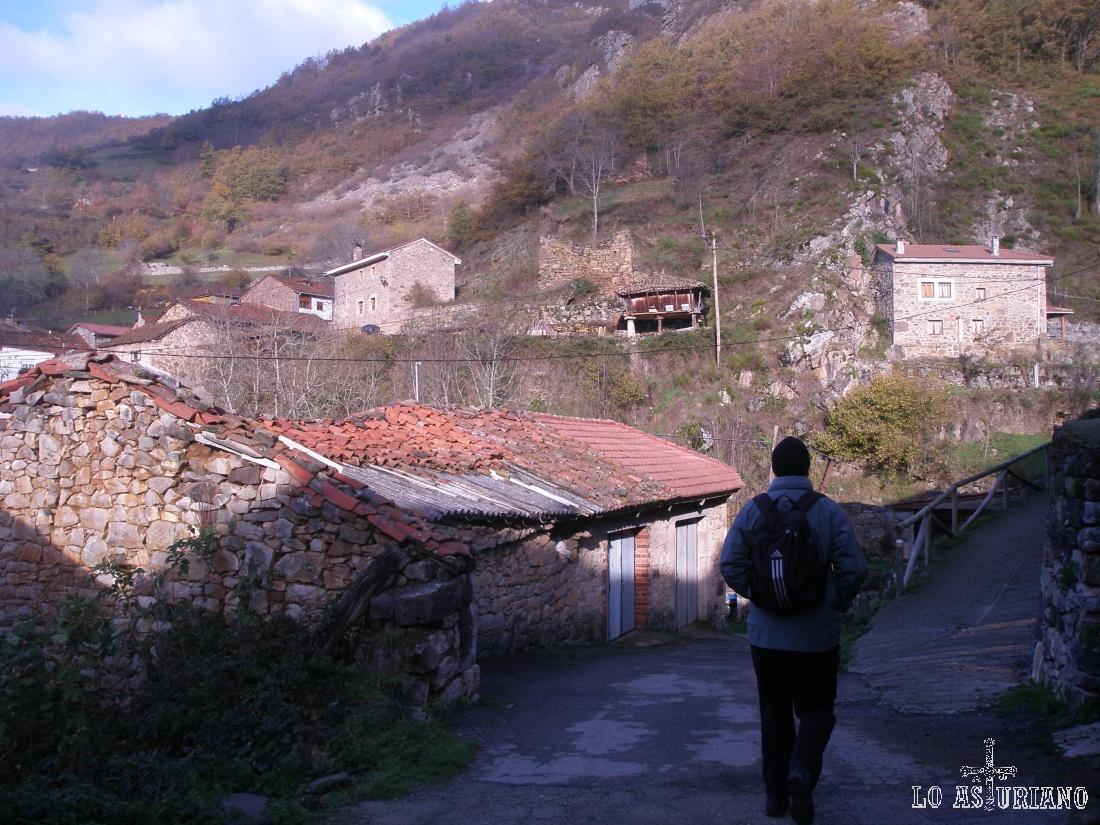 Al principio debes atravesar la aldea de Arbeyales. No hay pérdida ya que sólo tienes al opción de la calle principal.