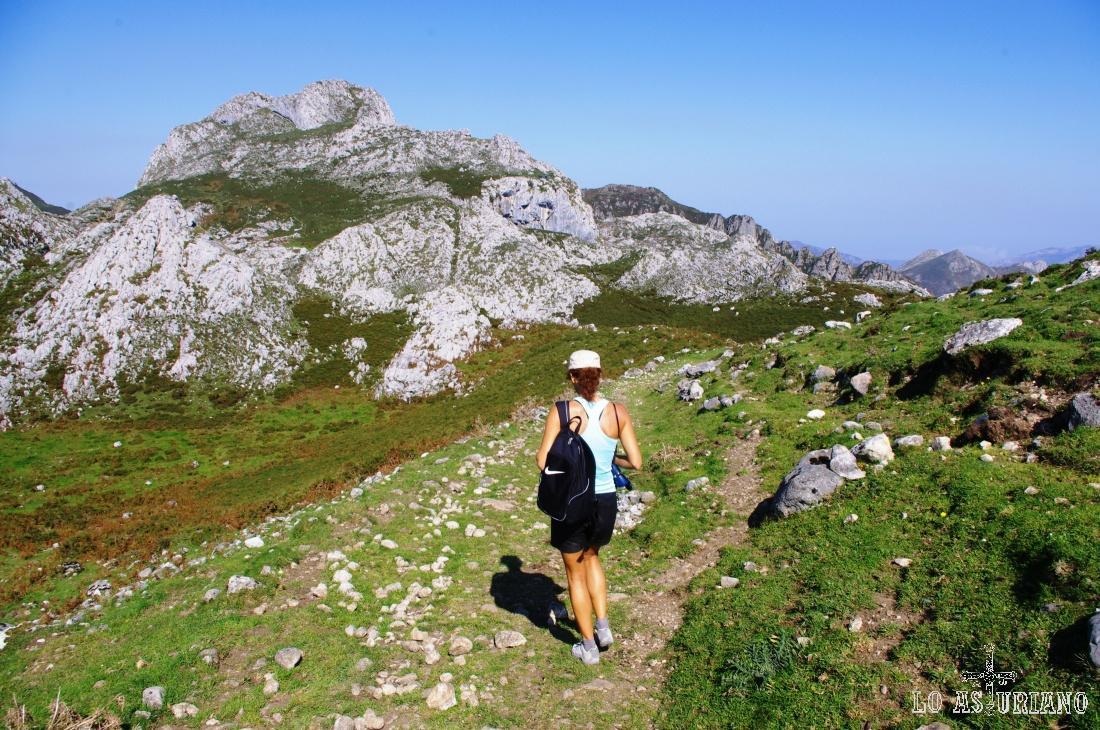 Tomamos la dirección hacia la derecha, camino del reguero que viene desde la Güergola (parte del año seco).