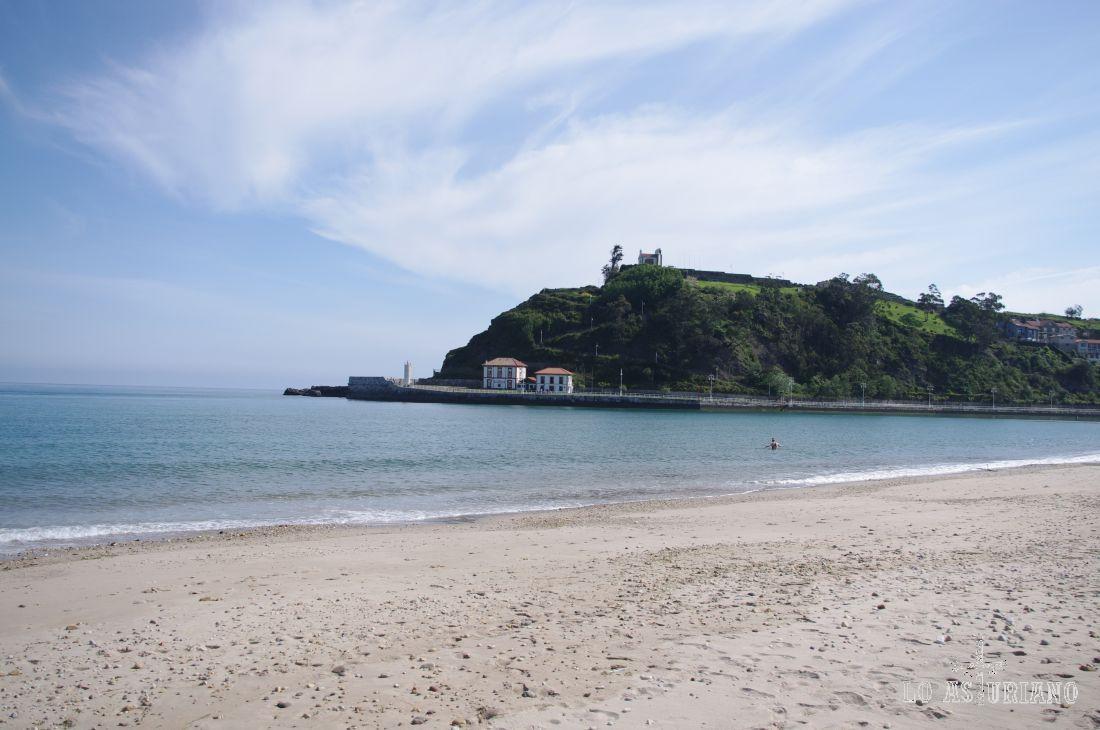 Desde la playa de Santa Marina, vemos la ermita de la Guía, a la que puedes subir desde el final de paseo, o bien, por la calle de la Guía. Las vistas desde allí son más que espectaculares.