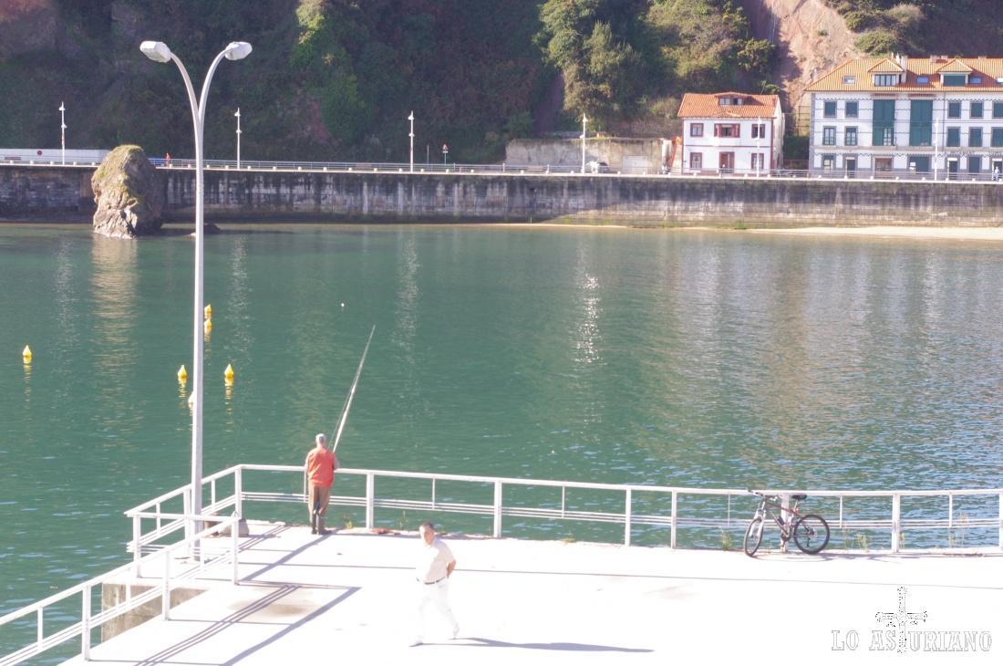 Pescando en las tranquilas aguas del puerto de Candás.