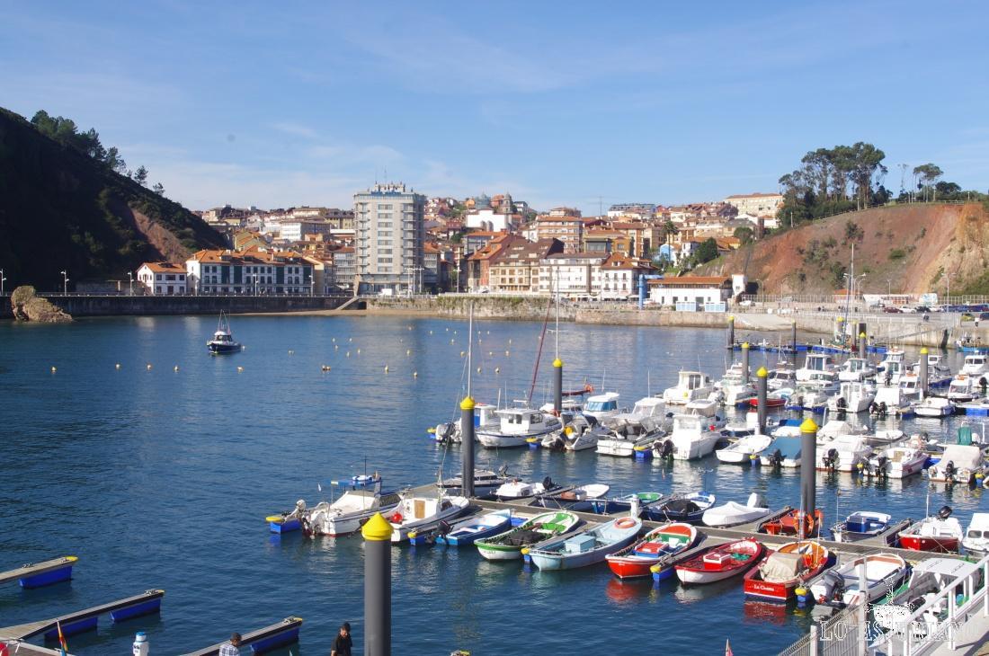 Candás, Carreño, se encuentra muy bien comunicada con Gijón y Avilés (unos 15 km) y Oviedo (30 km).
