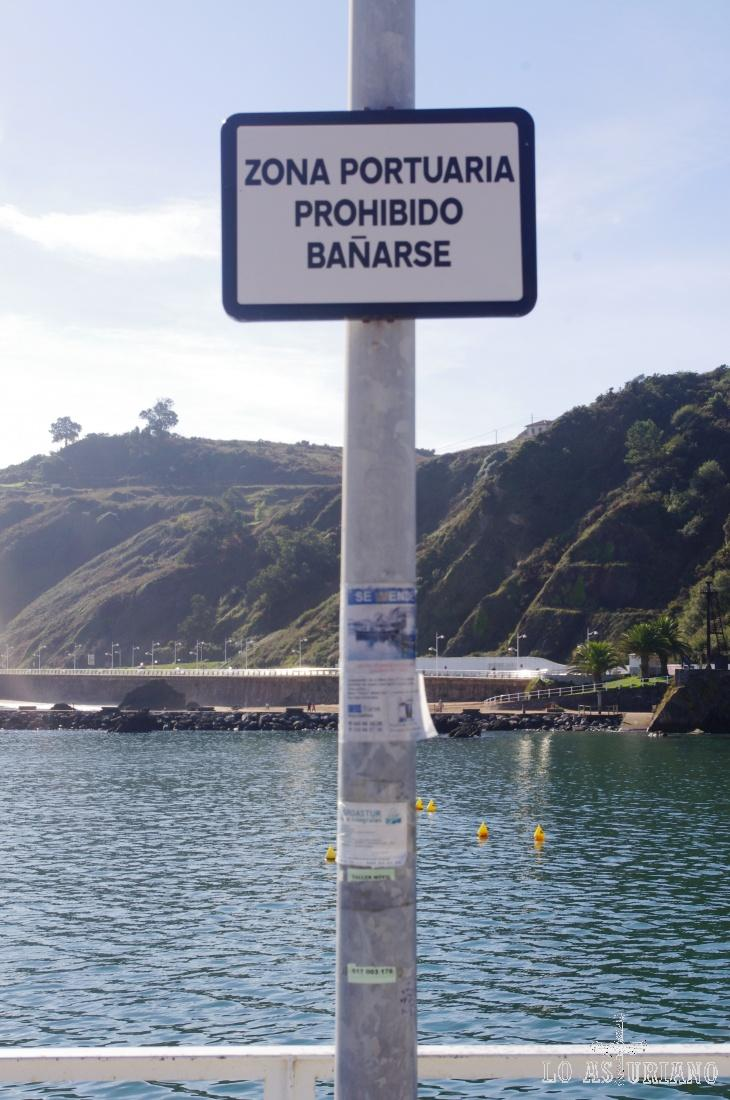 """""""Zona portuaria, prohibido bañarse""""... Candás, Carreño. Y todavía habrá alguno que se eche un bañito; a que si?..., venga que estamos en España, que esto no es Finlandia!... :)"""
