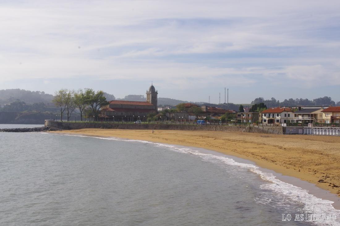 La iglesia de Santa María y la playa de Luanco, preciosa población de la costa central asturiana. Luanco se encuentra a unos 10 km de Avilés y a 15 de Gijón.