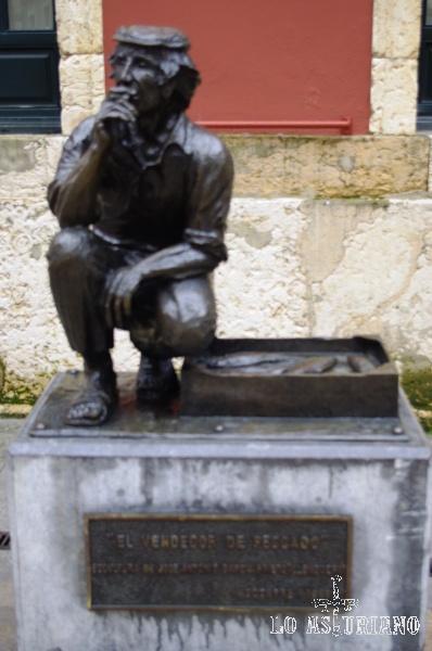 El vendedor de pescado, del escultor Llonguera, en la plaza Trascorrales de Oviedo.