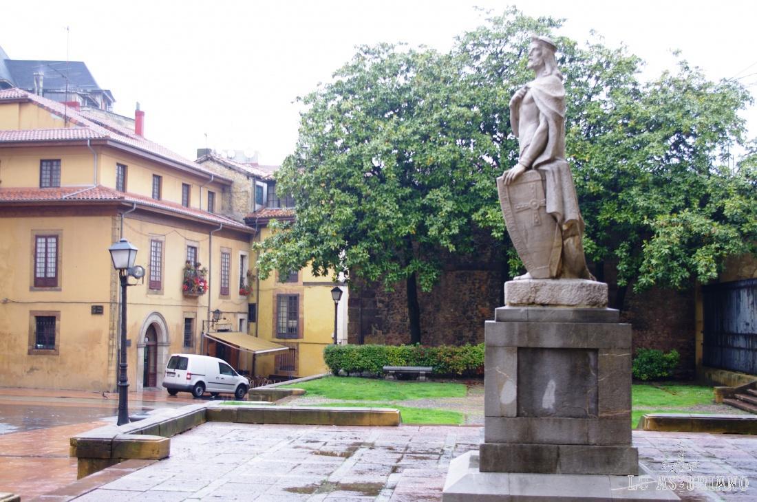 Alfonso II el Casto, junto a la Catedral de Oviedo.
