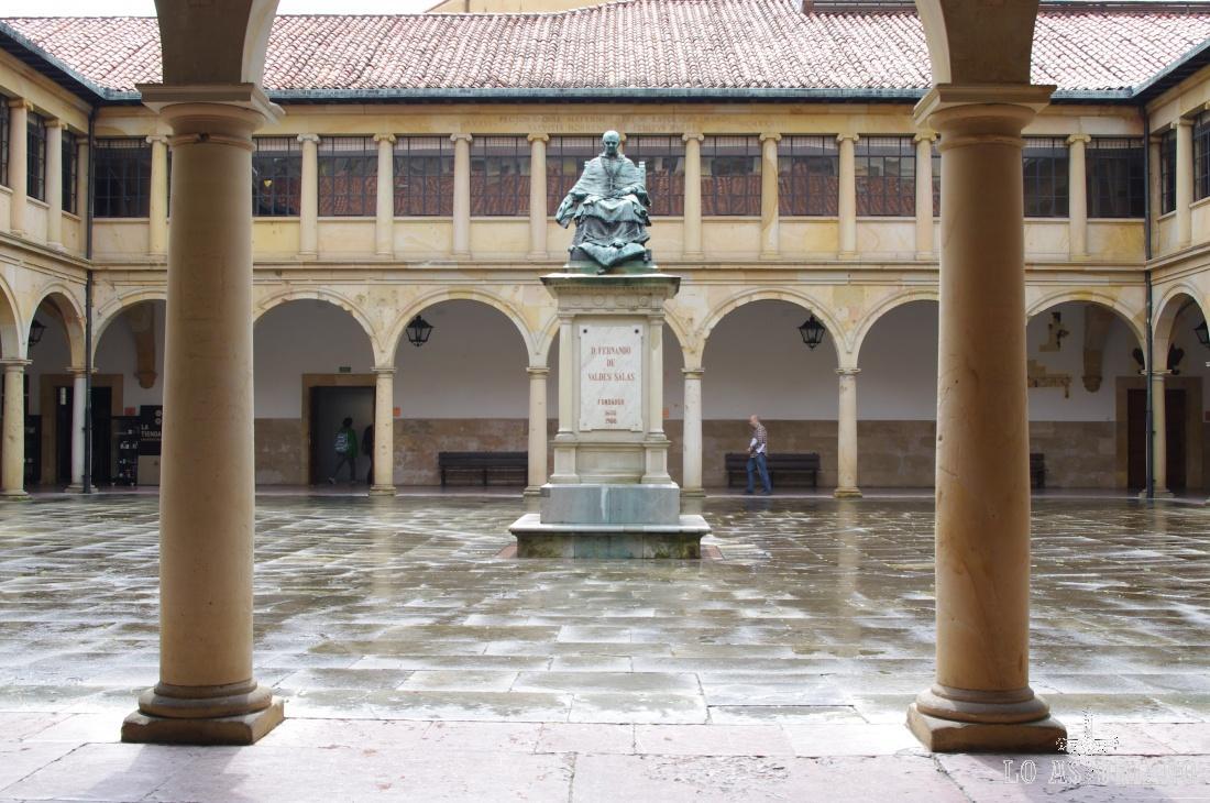 Estatua de Fernando de Valdés-Salas, fundador de la Universidad de Oviedo, en el claustro de la Universidad.