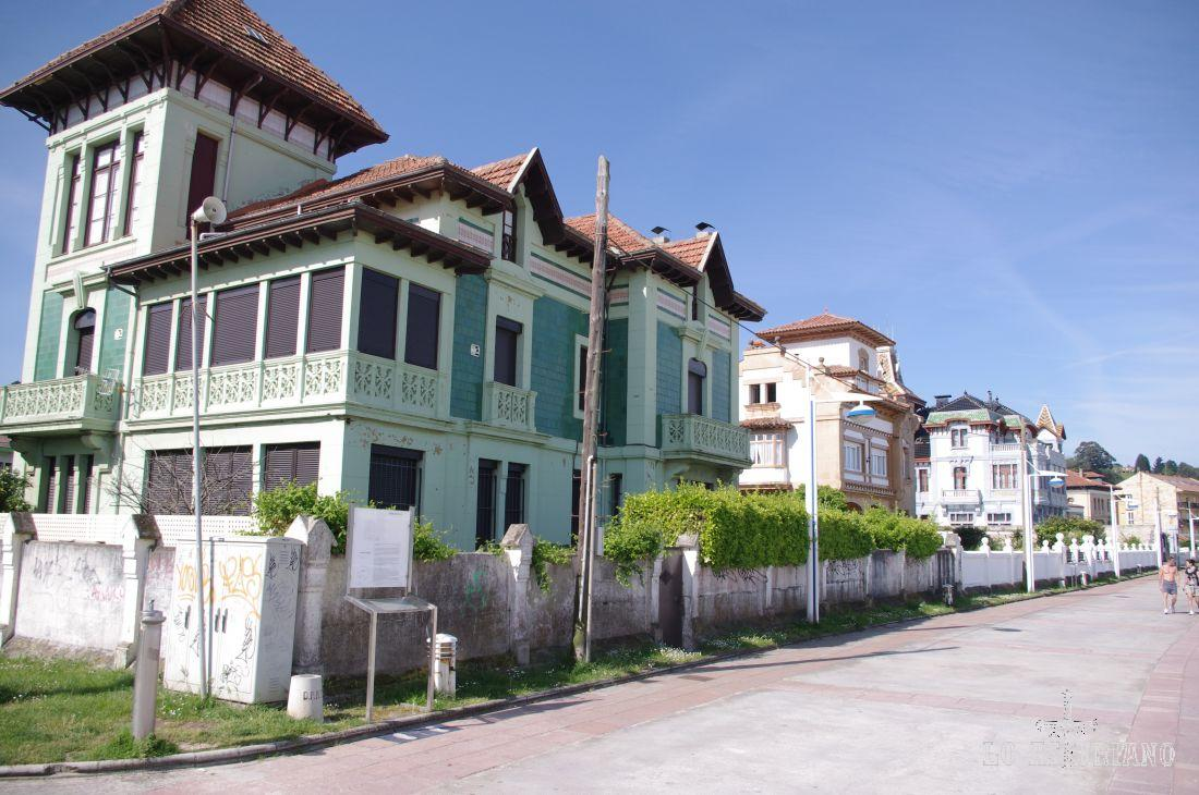 Ribadesella está considerada como Bien de Interés Cultural. En la foto, los palacios y casonas del Paseo Agustín Argüelles, al lado de la playa de Santa Marina.