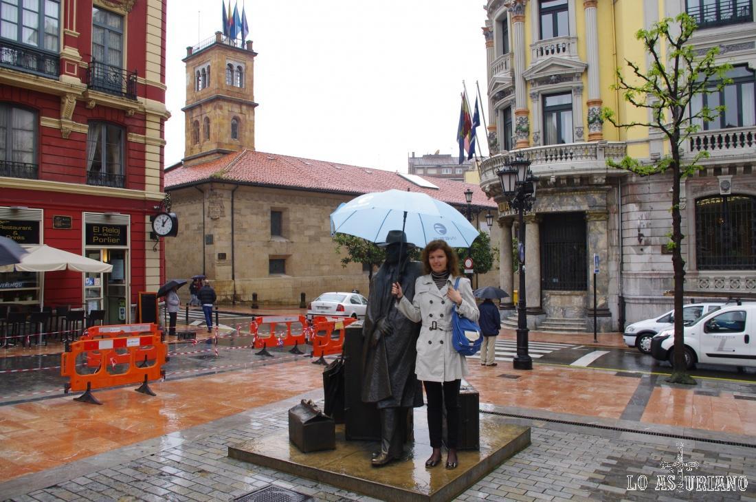 Junto al viajero, en la plaza de Porlier, de Oviedo.
