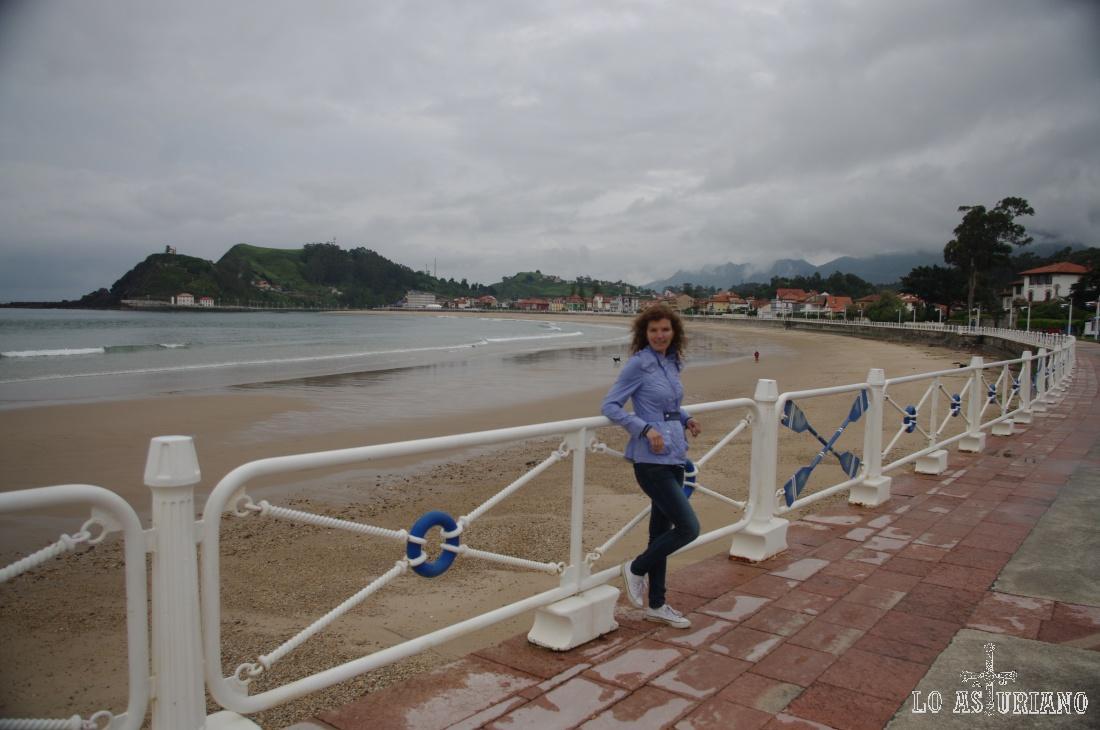 Desde el Paseo Agustín de Argüelles Marina, la playa de Santa Marina de Ribadesella.