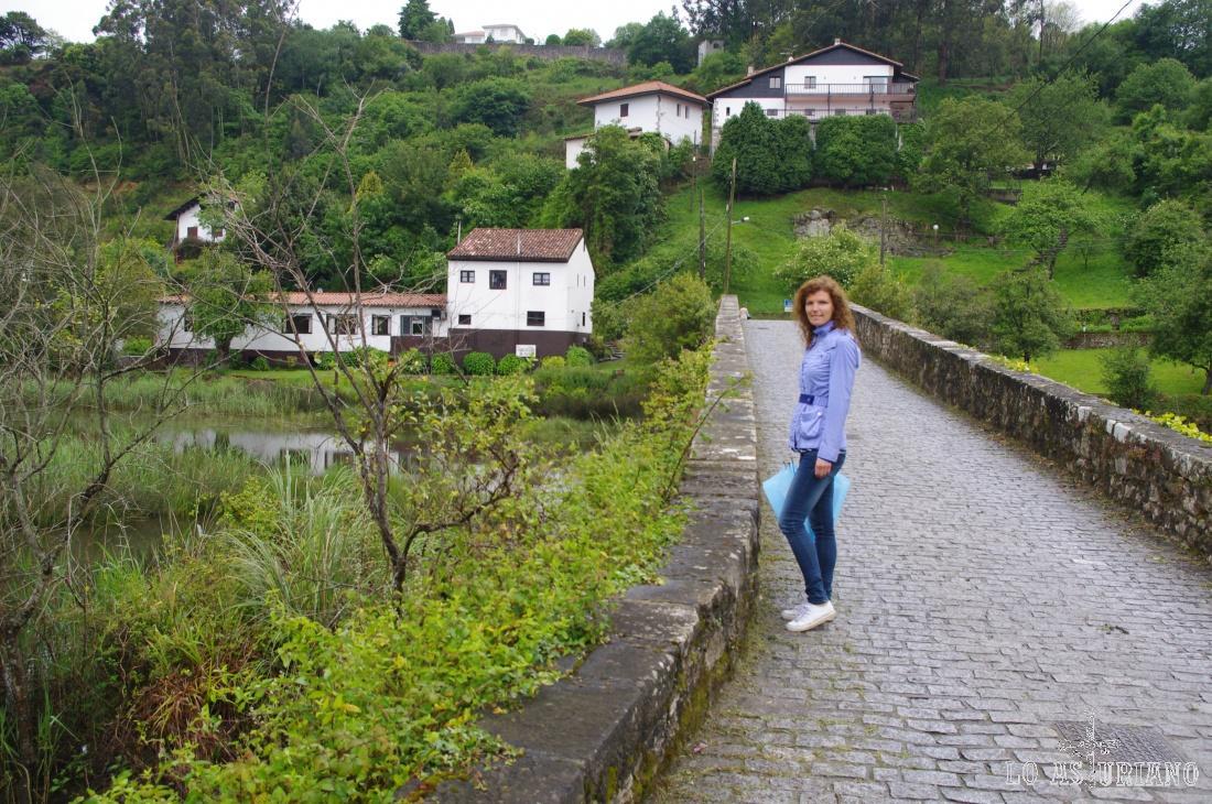 El Puente del Pilar, sobre la marisma y río San Pedro, en Ribadesella.