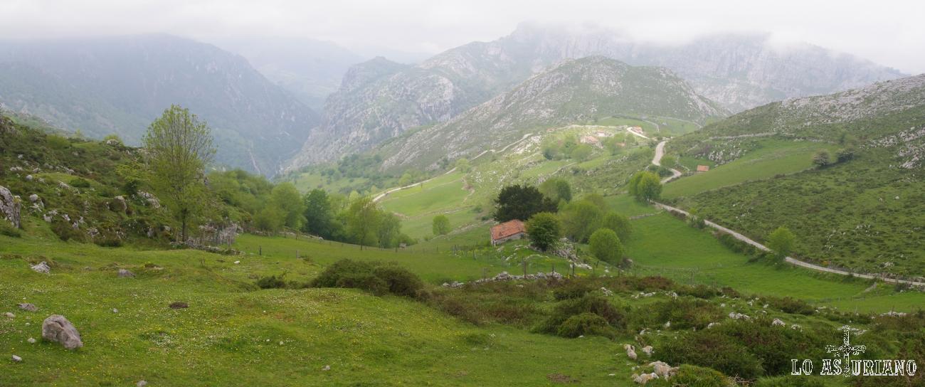 La senda, va subiendo por las laderas del monte la Haya y nos va dejando estos preciosos paisajes peñamelleranos.