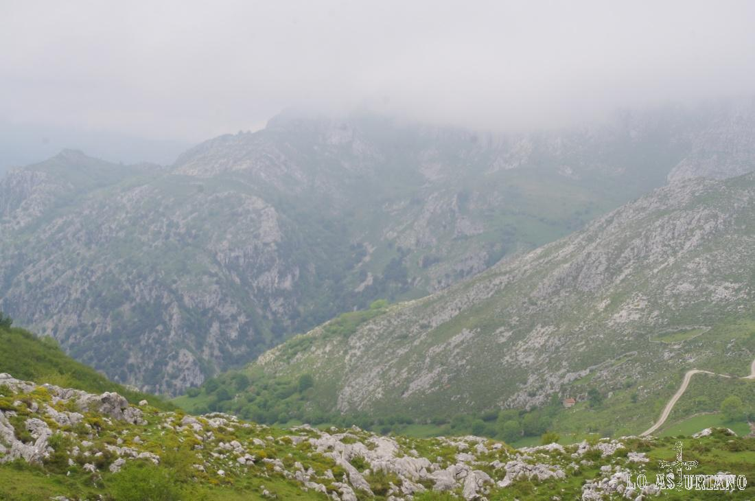 La ladera del Pico El Cueto separa el valle que baja hacia Oceño y detrás, el desfiladero del Cares.
