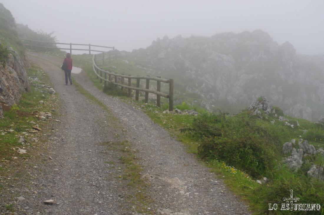 Descendiendo hacia Trespando, entre la niebla.
