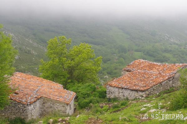 Las casetas pastoriles de Oceño están hechas de piedra, con tejados de teja anaranjada.