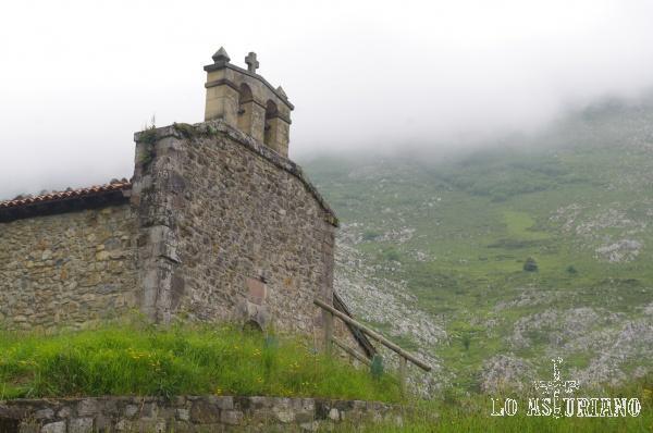 La coqueta iglesia de San Juan de Oceño, Peñamellera Alta.