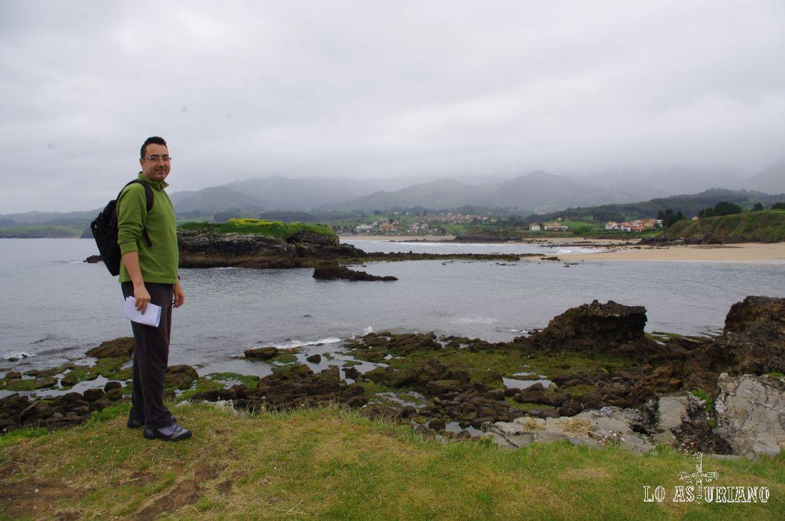 La playa de la Isla tiene unos 800 metros, acceso para minusválidos, y todo tipo de servicios. No hay zona para buceo; el oleaje suele ser alto y también suele haber viento.