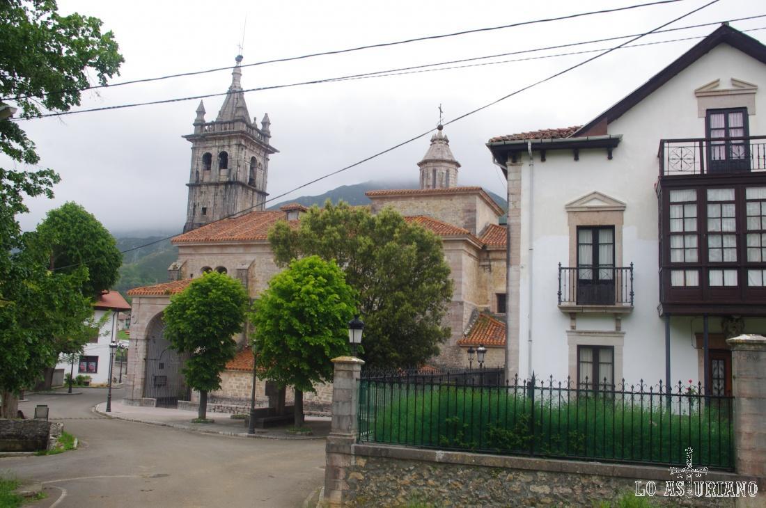 Alles, Peñamellera Alta, fue zona de hidalgos, prosperidad y buena gastronomía. En la foto, casa señorial y al fondo, la iglesia de San Pedro.
