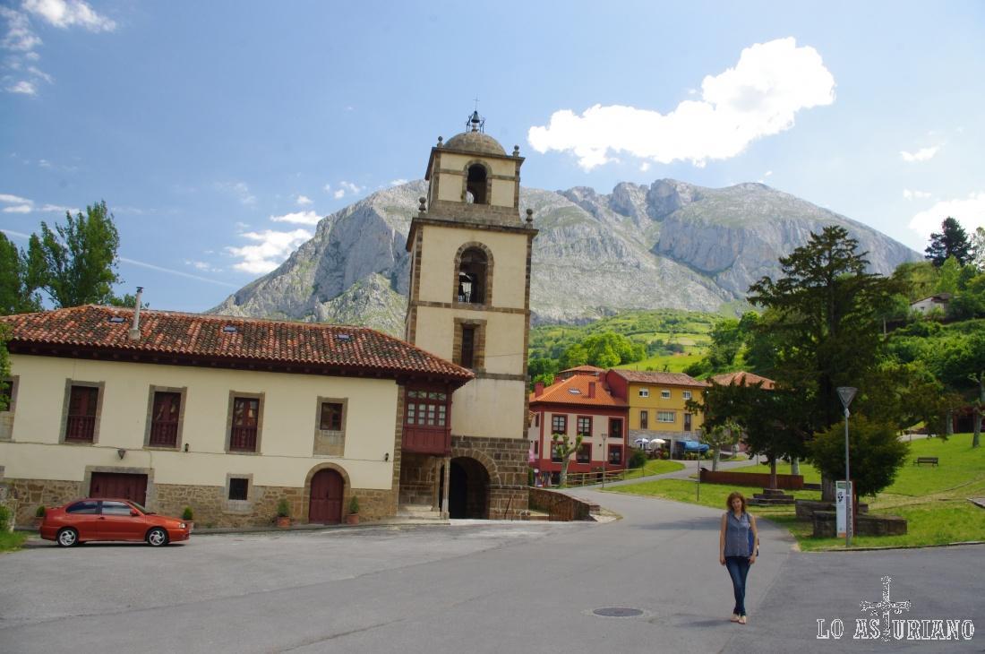 Colegiata de San Pedro de Teverga, con Peña Sobia al fondo.