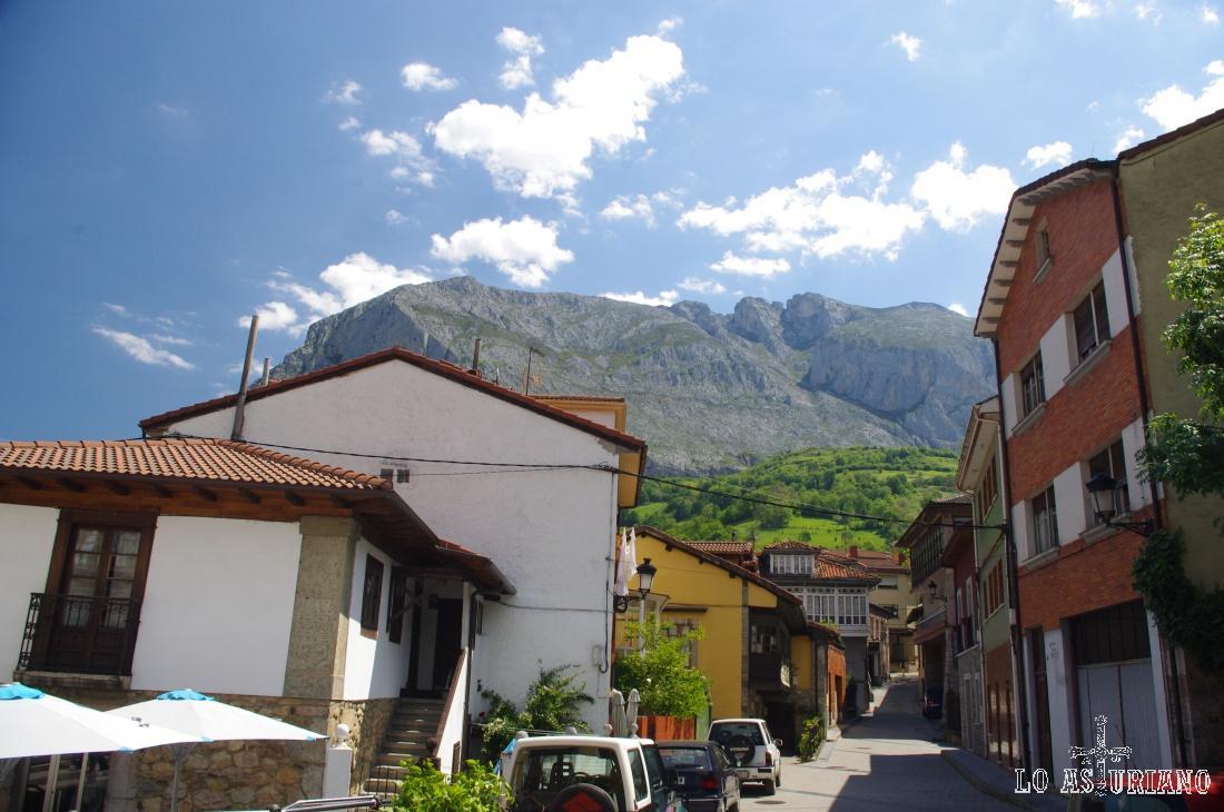 Las calles del precioso pueblín de La Plaza, capital del concejo de Teverga.