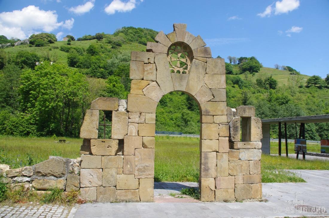 La puerta de los misteriosos grabados, simbología gremial, secreto de canteros.