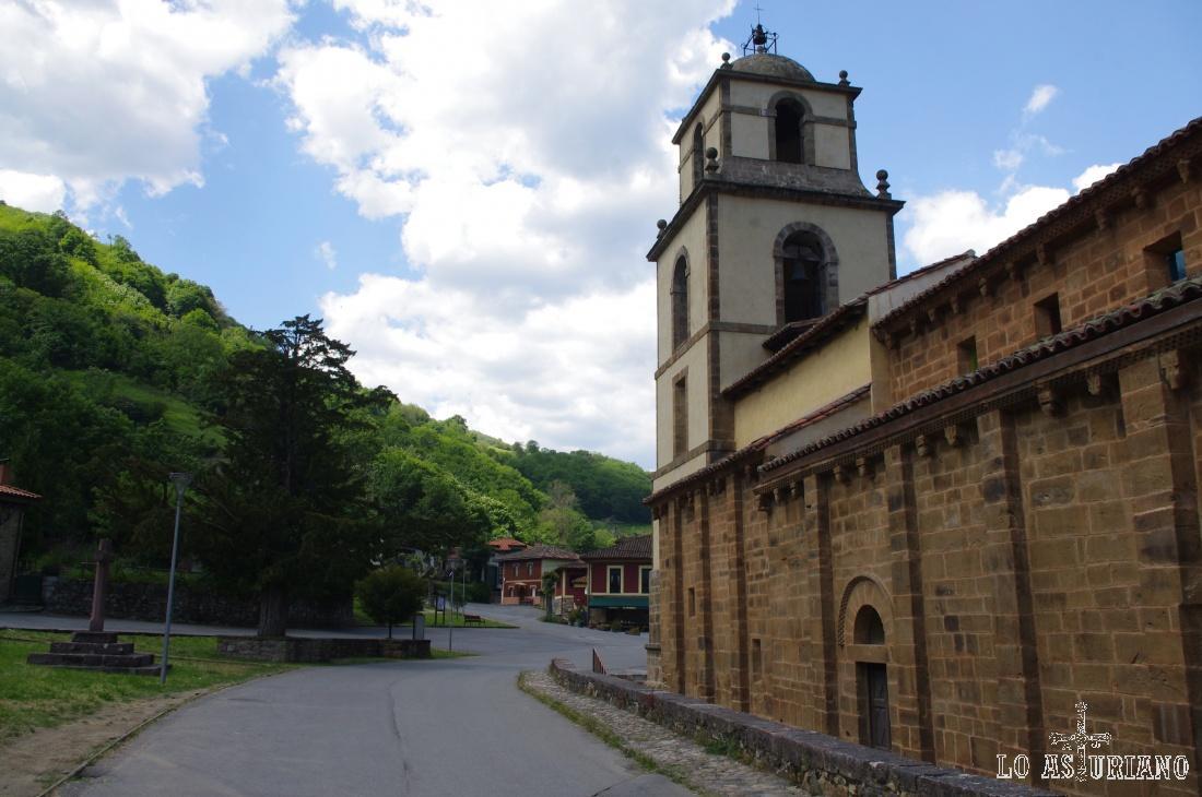 Colegiata románica de San Pedro, en La Plaza, Teverga.