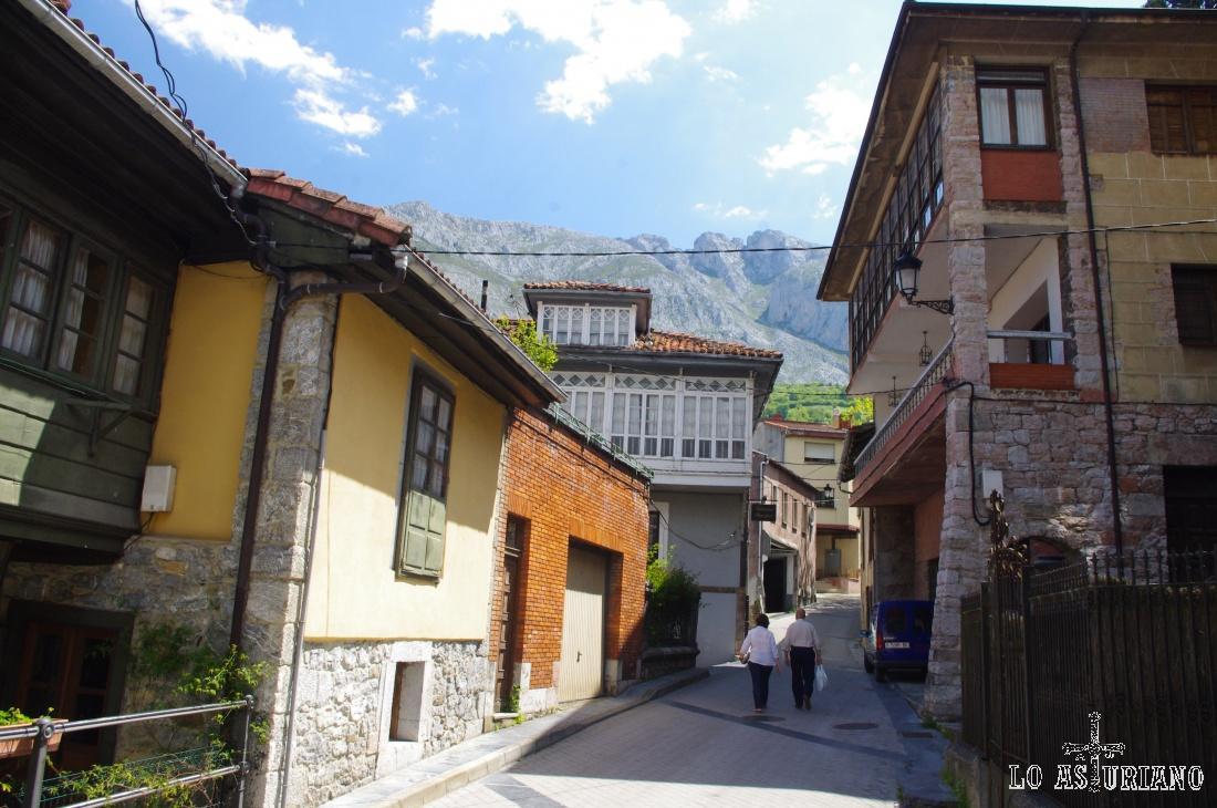 Preciosas calles de La Plaza Teverga, con la sierra de Sobia como telón de fondo.