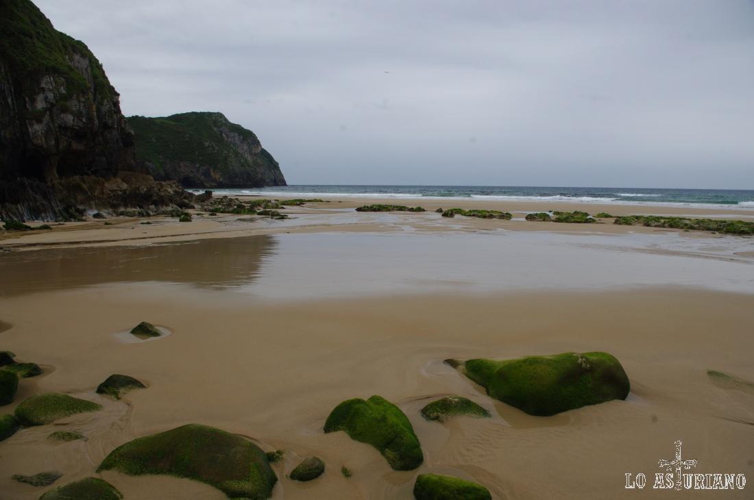 La bonita playa de Vidiago, desembocadura del río Novales, que baja desde la cercana sierra del Cuera.