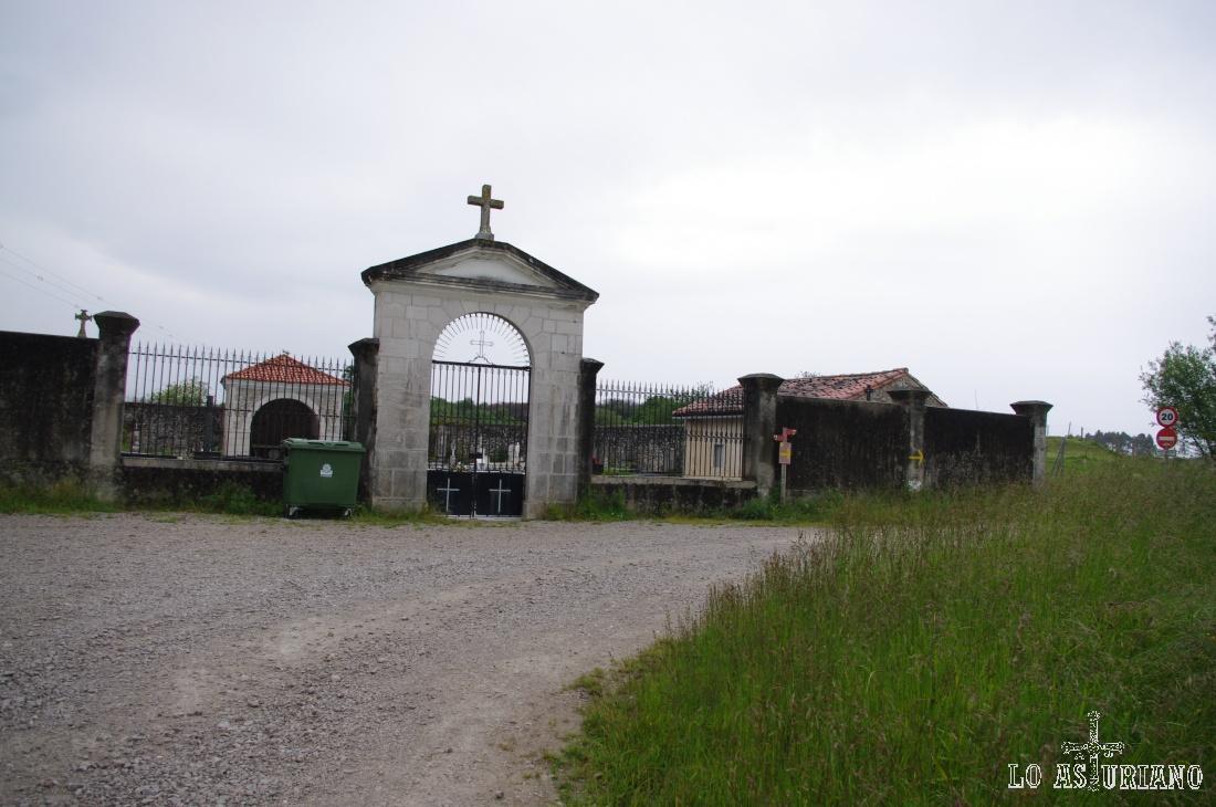 Portada de entrada al cementerio de Vidiago.