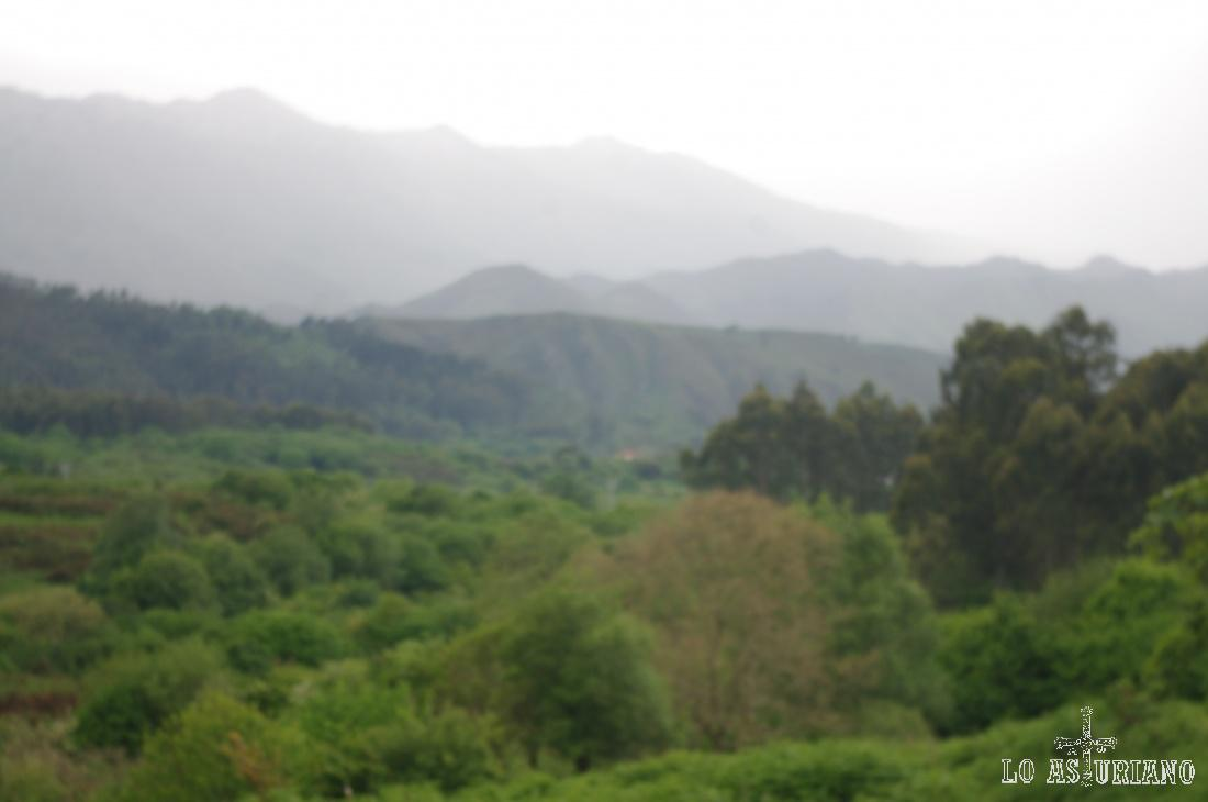 El relieve montañoso va aumentando escalonadamente hacia el sur.