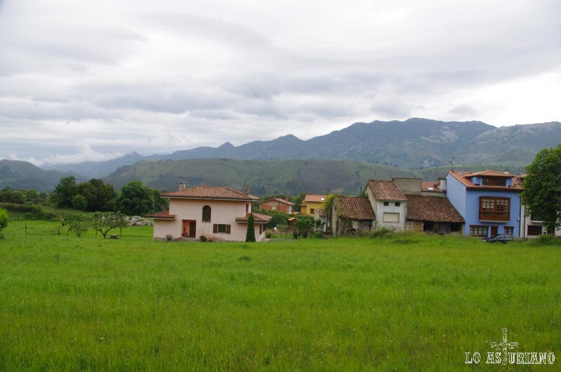 Casas en Andrín, a la salida del pueblo, carretera de Cué.