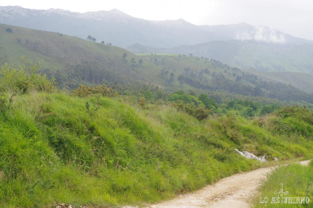 Preciosa la sierra del Cuera, desde el camino que une Andrín Y Vidiago, en Llanes.