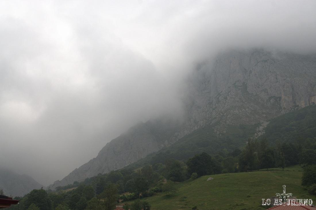 La niebla se apodera de las cimas del entorno de San Martín.