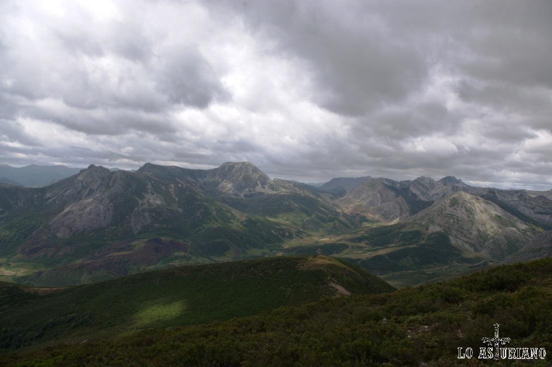 Los altos de Somiedo (derecha), lindando ya con la provincia de León (izquierda), desde Teverga.