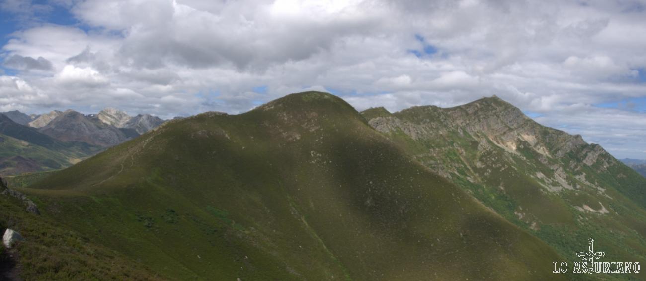 Al fondo, el Pico Ferreirúa, el más alto de Teverga, con 1983 msnm. Se aprecia el cresterío por el que se sube a su cima en sus 2 últimos km; el ascenso se inicia en el puerto de la Ventana.