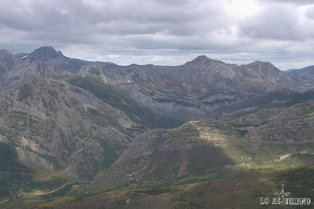 A la derecha, los Picos Albos y La Farrapona, cimas somedanas, vistas desde los altos de Ferreirúa.