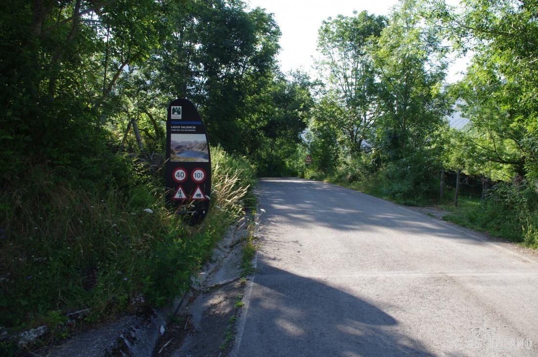 Desde Saliencia, Somiedo, debes de tomar primero la carretera que sube hasta la Farrapona, y que tiene esta señal, que indica que es la que también sube a los lagos de Saliencia.