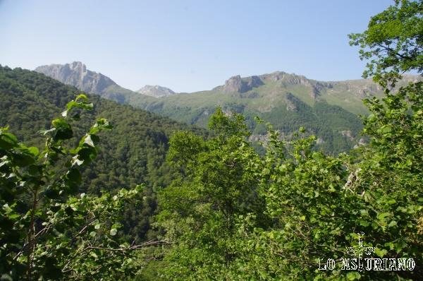 Ultimos vistazos a las cumbres que envuelven a los lagos de Saliencia; cuando las volvamos a ver, será desde otra perspectiva.