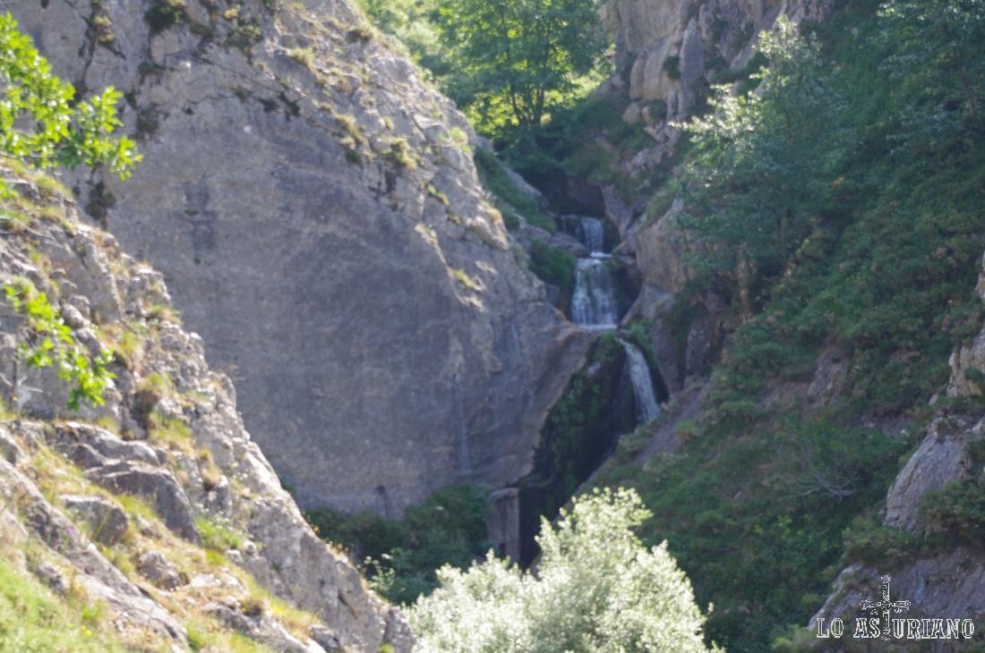 Pequeña cascada del arroyo Arroxos.