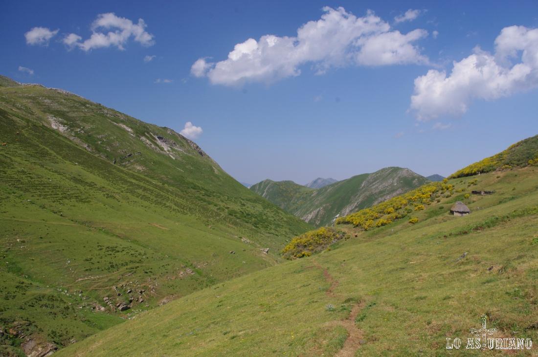 A la izquierda, las laderas, por las que emprenderemos el ascenso hasta la sierra de los Bígaros.