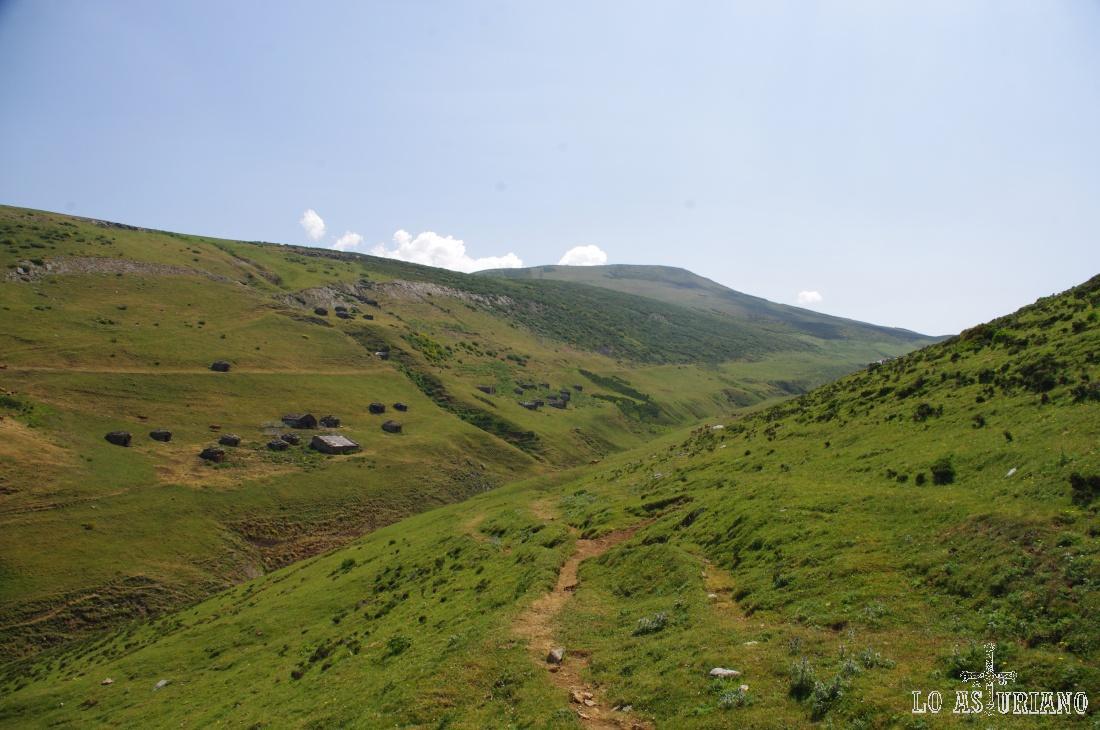 Vistas desde el Puerto de la Mesa y de la braña de la Mesa, desde la ladera de ascenso a la sierra.