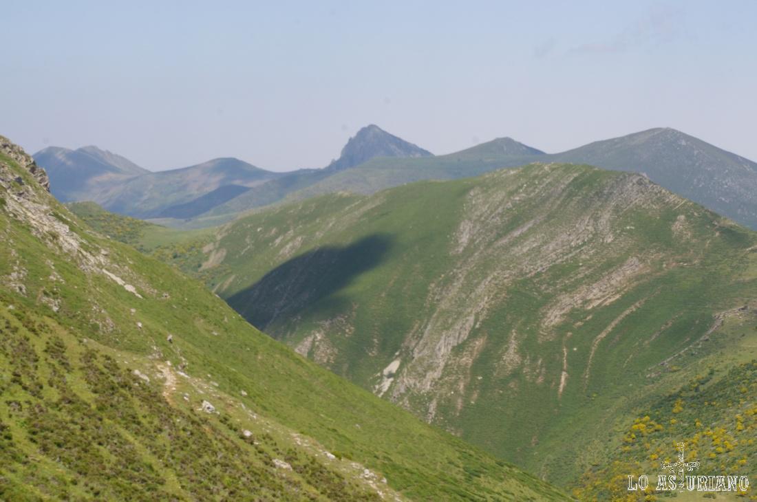Zoom hacia las cimas del fondo; en la zona central la cima inclinada de Peña Negra.