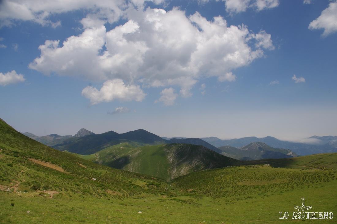Al fondo, a la izquierda, las cimas del entorno del valle de Saliencia y del Camín Real de la Mesa.