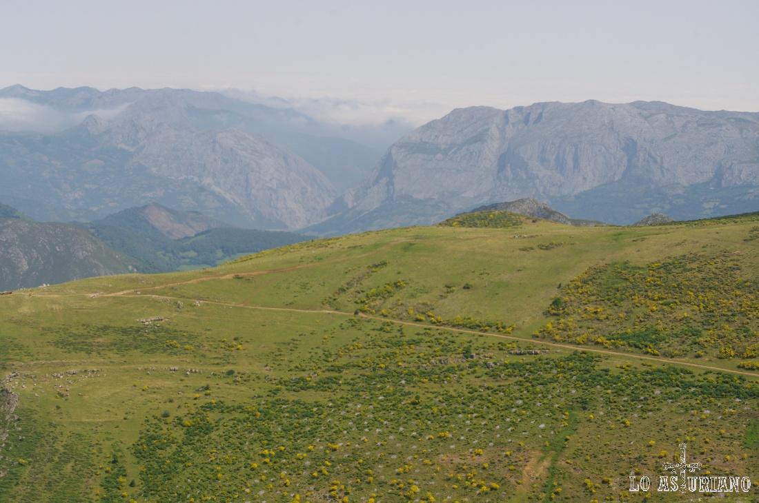 Peña Sobia vista desde el cresterío de la sierra de los Bígaros, en Somiedo, a 1850 msnm.
